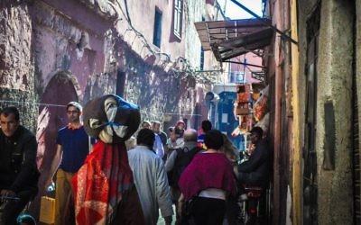 Une rue bondée menant à la mellah de Marrakech (Crédit: Michal Shmulovich)