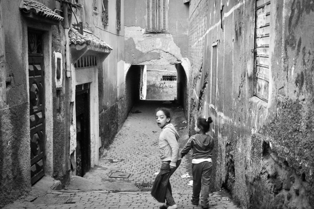 Des enfants courent dans les ruelles de la mellah. Le vieux quartier juif est remarquable par ses allées étroites et délabrées. (Crédit: Michal Shmulovich)