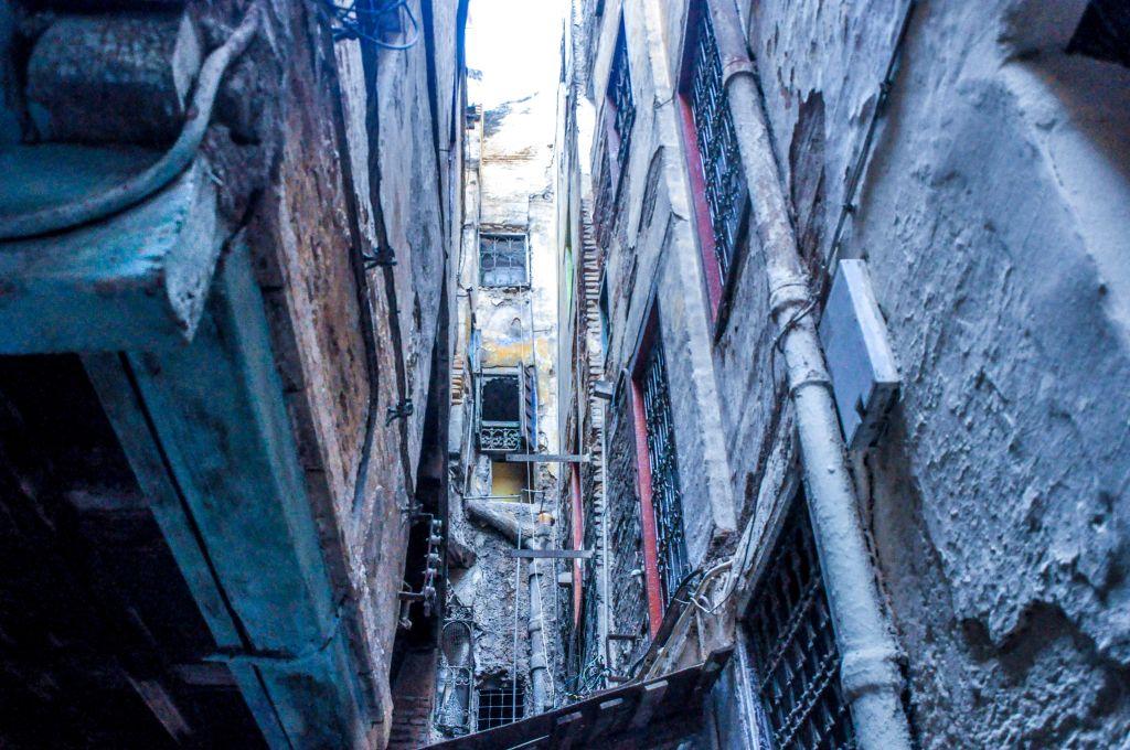 Les habitations de la mellah - ou vieux quartier juif - à Fez, sont situées très près les unes des autres, avec des ruelles exiguës comme rues. (Crédit : Michal Shmulovich)