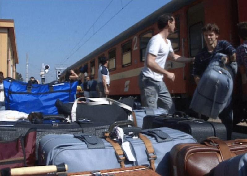 Des hommes débarquent des bagages d'un train (Autorisation : 'Stateless')