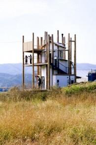"""Un groupe d'architectes Japonais se sont rassemblés pour créer les """" Home-for-All"""", espace où les voisins peuvent se réunir après la destruction de leurs logements (Autorisation : Musée d'Art de Tel Aviv)"""