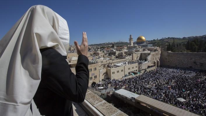 Fidèles juifs devant le mur Occidental de la Vieille Ville de Jérusalem, au pied du mont du Temple, le lieu le plus saint du judaïsme, pendant Pessah, le 6 avril 2015. (Crédit : Yonatan Sindel/Flash90)