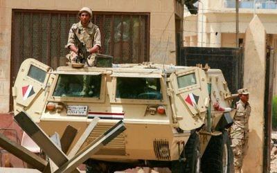Soldats égyptiens déployés au poste-frontière de Rafah, entre la péninsule égyptienne du Sinaï et la bande de Gaza, le 26 mai 2015. Illustration. (Crédit : Abed Rahim Khatib/Flash90)