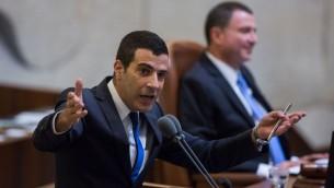 Sharon Gal, alors député de Yisrael Beytenu, devant la Knesset, le 15 juillet 2015. (Crédit : Yonatan Sindel/Flash90)