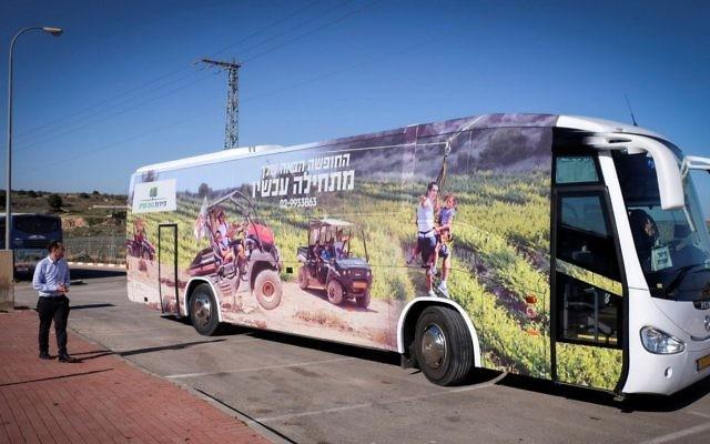 Un bus touristique avec une publicité engageant les touristes à se rendre dans le bloc d'implantation de Cisjordanie du Gush Etzion, le 6 janvier 2015. Illustration. (Crédit : Gershon Elinson/Flash90)