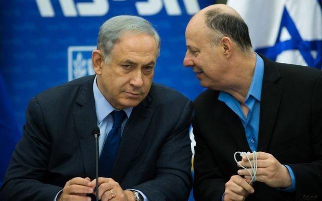 Le Premier ministre Benjamin Netanyahu (à gauche) s'entretient avec le parlementaire Tzachi Hanegbi au cours d'une rencontre du parti Likud à la Knesset, le 8 février 2016. (Crédit : Yonatan Sindel/Flash90)