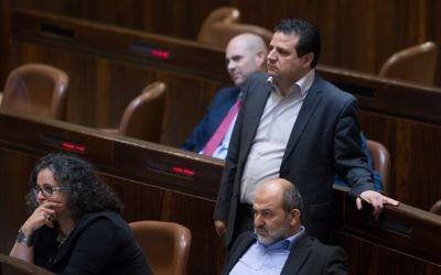 Le leader de la Liste arabe unie,  Ayman Odeh, durant le vote d'un projet de loi qui permettrait aux législateurs de suspendre des parlementaires de la Knesset, le 28 mars 2016 (Crédit : Yonatan Sindel/Flash90)