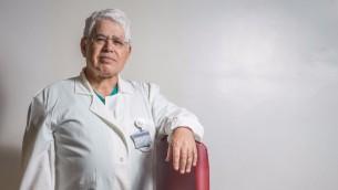 Le professeur Ahmad Eid, chirurgien arabe israélien de l'hôpital Hadassah du mont Scopus à Jérusalem, le 14 avril 2016. (Crédit : Hadas Parush/Flash90)