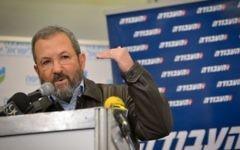 L'ancien Premier ministre Ehud Barak lors d'une conférence de presse organisée par le Parti travailliste israélien, à Tel Aviv, le 29 janvier 2017. (Crédit : Flash90)