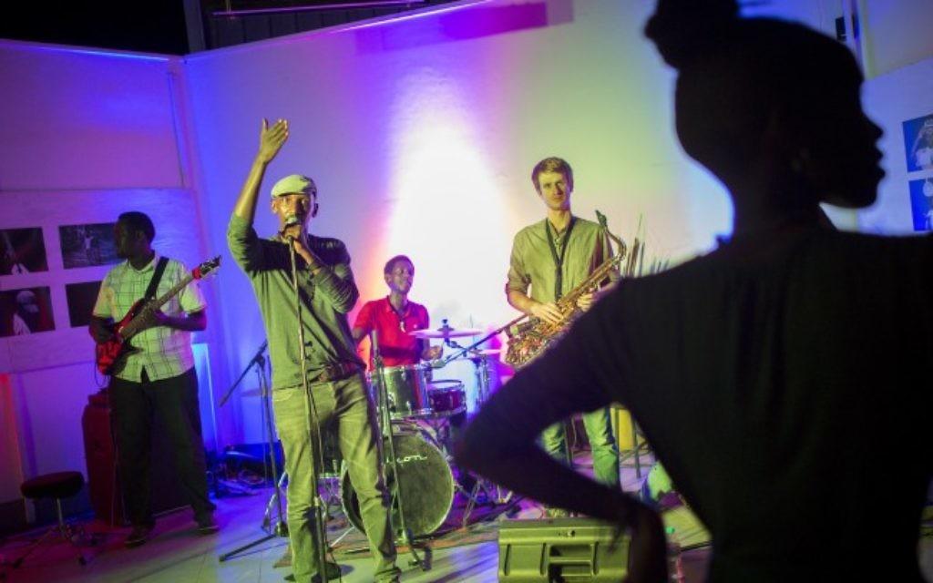 Le groupe Kingsa Blues donne un concert à l'Impact Hub, un espace consacré aux entrepreneurs sociaux et aux start-ups à Kigali, au Rwanda, le 13 février 2017 (Crédit :  Miriam Alster/Flash90)