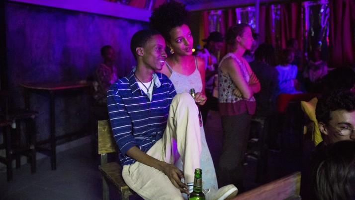 Un couple de jeunes à un concert organisé à l'Impact Hub de Kigali, au Rwanda, le 13 février 2017. Plus de 60% de la population a moins de 24 ans. (Crédit : Miriam Alster/Flash90)