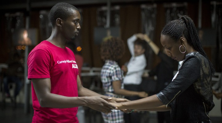 """L'Impact Hub de Kigali au Rwanda offre des cours de salsa tous les mardis soirs, comme celui-ci, le 14 février 2017. L'endroit accueille des start-ups en plus d'artistes et d'auto-entrepreneurs, avec pour objectif de """"connecter les esprits créatifs"""", selon son cofondateur Jon Stever. (Miriam Alster/Flash90)"""