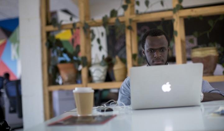 Israel Bimpe, directeur pour le Rwanda de Globhe, une entreprise qui coordonne les drones médicaux, travaille au Bureau à Kigali, au Rwanda, le 15 février 2017 (Crédit : Miriam Alster/Flash90)