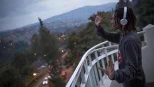 """Un instructeur de hip-hop dont le nom de scène est """"Poppin Chris"""" danse sur le toit du Burerau à Kigali, au Rwanda, le 15 février 2017 (Crédit : Miriam Alster/Flash90)"""