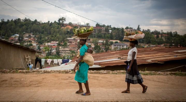 Une femme marche avec des fruits sur la tête à Kigali, capitale du Rwanda, le 18 février 2017 (Crédit :Miriam Alster/Flash90)