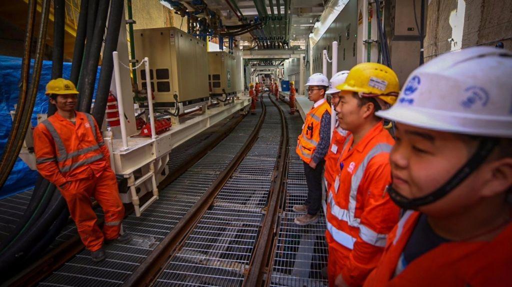 Ouvriers chinois pendant la cérémonie d'inauguration des travaux du tramway de Tel Aviv, le 19 février 2017. (Crédit : Flash90)