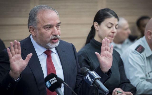 Avigdor Liberman, ministre de la Défense, devant la commission des Affaires étrangères et de la Défense de la Knesset, le 6 mars 2017. (Crédit : Yonatan Sindel/Flash90)