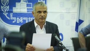 Le ministre des Finances Moshe Kahlon durant une conférence de presse au ministère des Finances de Tel Aviv le 30 mars 2017 (Crédit :Flash90)