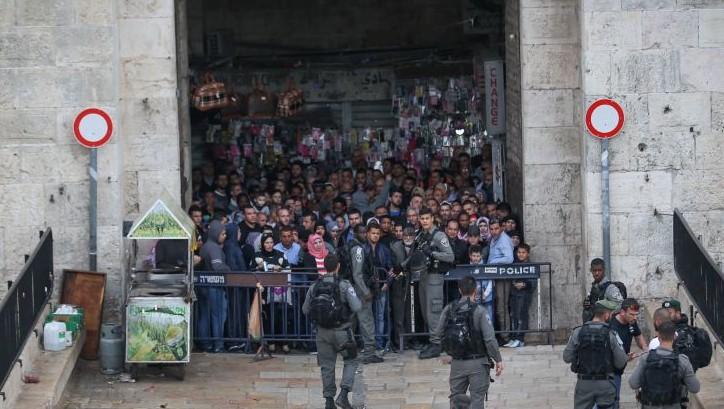 Les forces de sécurité devant la porte de Damas de la Vieille Ville de Jérusalem après une attaque au couteau qui a fait trois blessés, le 1er avril 2017. (Crédit : Yonatan Sindel/Flash90)