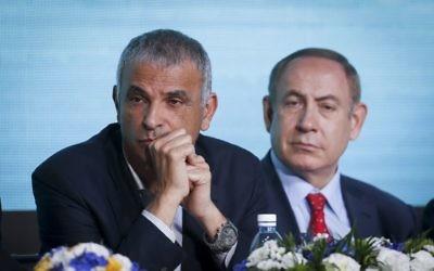 Moshe Kahlon, ministre des Finances, à gauche, et le Premier ministre Benjamin Netanyahu pendant une cérémonie de lancement d'un programme de construction de milliers de logements à Beit Shemesh, le 3 avril 2017. (Crédit : Hadas Parush/Flash90)