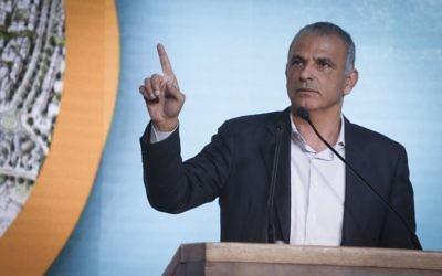 Moshe Kahlon, ministre des Finances, pendant une cérémonie de lancement d'un programme de construction de milliers de logements à Beit Shemesh, le 3 avril 2017. (Crédit : Hadas Parush/Flash90)