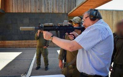 Avigdor Liberman, ministre de la Défense, sur une base de l'unité Yamam, qui lutte contre le terrorisme, le 4 avril 2017. (Crédit : Ariel Hermoni/ministère de la Défense)