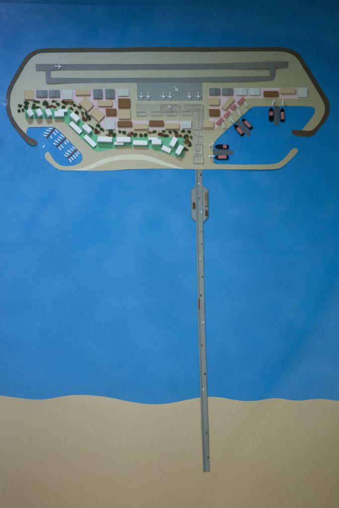 Le projet du ministère des Transports pour une île artificielle au large de la bande de Gaza, qui comprendrait un port, une usine de désalinisation, une centrale électrique, et un aéroport. (Crédit : Miriam Alster/Flash90)