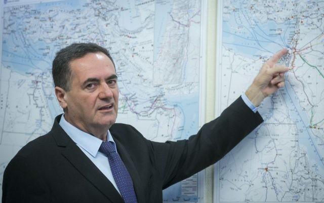 Yisrael Katz, ministre des Transports et du Renseignement, pendant une conférence de presse sur la création d'une île artificielle au large de Gaza et d'un réseau ferré moyen-oriental, le 5 avril 2017. (Crédit : Miriam Alster/Flash90)