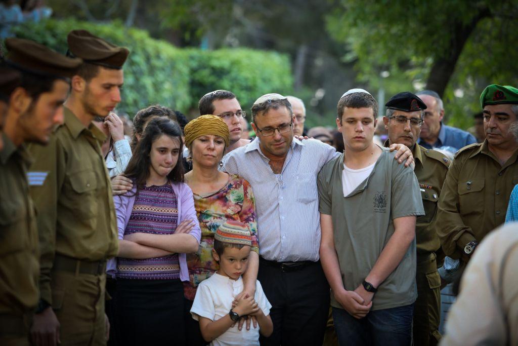 La famille du soldat Elchai Taharlev tué au mont Herzl, à Jérusalem le 06 avril 2017 (Crédit : FLASH90)