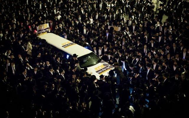 Des milliers de Juifs ultra-orthodoxes pendant une manifestation de soutien à deux étudiants en yeshiva qui ont refusé de se présenter au bureau de recrutement de l'armée et sont emprisonnés, à Jérusalem, le 11 avril 2017. (Crédit : Yonatan Sindel/Flash90)