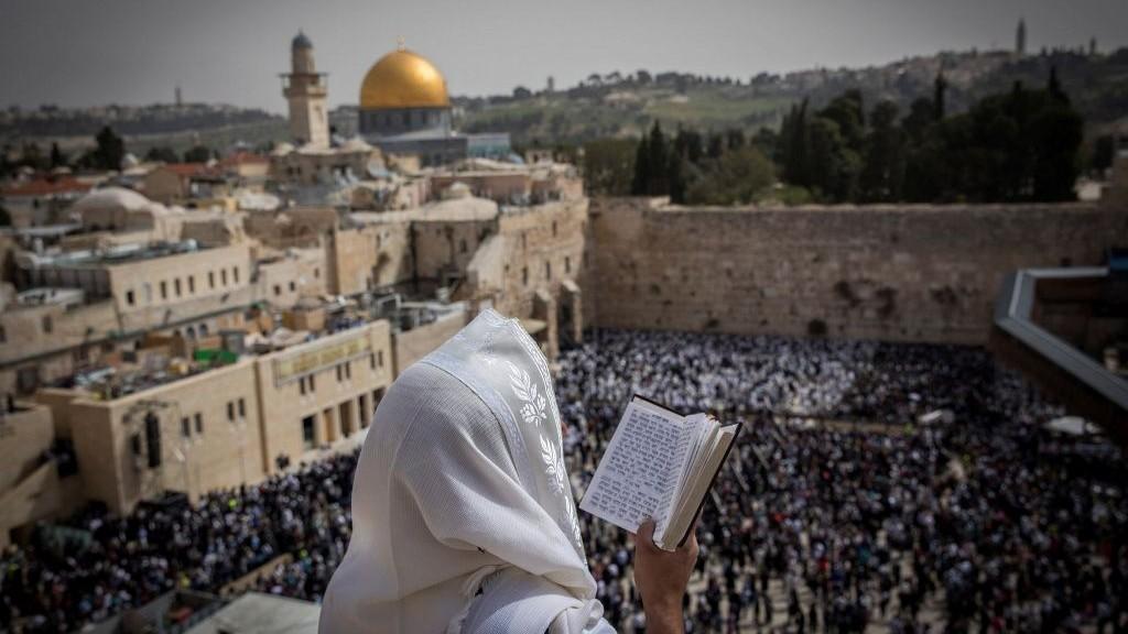 La bénédiction sacerdotale de Pessah au mur Occidental, dans la Vieille Ville de Jérusalem, le 13 avril 2017. (Crédit : Yonatan Sindel/Flash90)