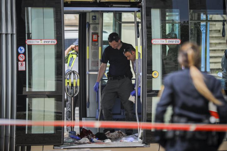 La police sur les lieux d'une attaque terroriste dans laquelle Hannah Bladon, étudiante britannique de 21 ans, a été tuée dans le tramway de Jérusalem, près de la place Tsahal, le 14 avril 2017. (Crédit : Yonatan Sindel/Flash90)