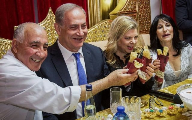 Le Premier ministre Benjamin Netanyahu et son épouse Sara fêtent la Mimouna à Hadera, le 17 avril 2017. (Crédit : Ido Erez/Pool/Flash90)