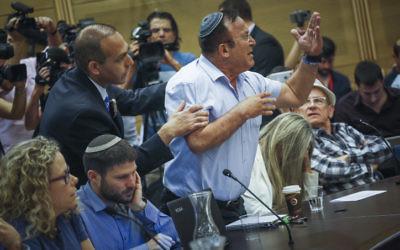 Réunion de la commission du Contrôle de l'Etat sur le rapport établi sur l'opération Bordure protectrice, à la Knesset, le 19 avril 2017. (Crédit : Hadas Parush/Flash90)