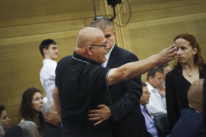 Ilan Sagi, le père d'un soldat mort au combat, lors d'une réunion de la commission du Contrôle de l'Etat sur le rapport établi sur l'opération Bordure protectrice, à la Knesset, le 19 avril 2017. (Crédit : Hadas Parush/Flash90)