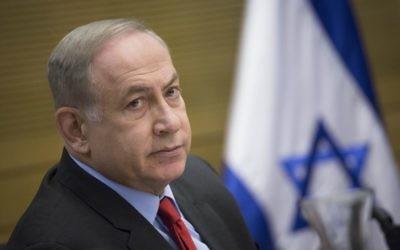 Le Premier ministre Benjamin Netanyahu lors d'une réunion d'une commission du contrôle de l'Etat de la Knesset lors d'une discussion sur le rapport sur l'opération Bordure protectrice, le 19 avril 2017. (Crédit : Hadas Parush/Flash90)