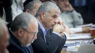 Moshe Kahlon, ministre des Finances, pendant la réunion hebdomadaire du cabinet dans les bureaux du Premier ministre, à Jérusalem, le 23 avril 2017. (Crédit : Alex Kolomoisky/Pool)