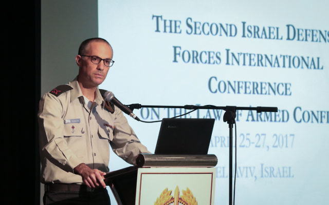 L'Avocat général des armées, le général Sharon Afek, s'exprime lors de la conférence sur le droit des conflits armés aux abords de Tel Aviv, le 25 avril 2017 (Crédit : Roy Alima/Flash90)