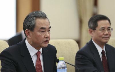 Le ministre chinois des Affaires étrangères, Wang Yi, lors d'une réunion avec le secrétaire d'État américain Rex Tillerson) au Diaoyutai State Guesthouse à Pékin, le 18 mars 2017 (Crédit : Lintao Zhang / Pool / Getty Images via JTA)
