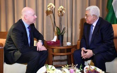 L'envoyé américain au Moyen orient Jason Greenblatt rencontre le président de l'Autorité palestinienne Mahmoud Abbas en marge du sommet de la Ligue arabe à Amman, le 28 mars 2017 (Crédit : Thair Ghnaim/Wafa)