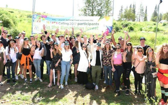 Les 28 participants de l'Eurovision 2017 après avoir planté des arbres KKL-JNF durant leur voyage de quatre jours en Israël  (Autorisation : Yosi Zeliger)