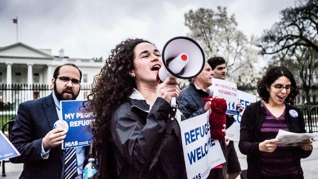 La militante Michele Freed a rejoint d'autres jeunes professionnels devant la Maison Blanche le mercredi 1er mars 2017, pour partager les histoires de membres des familles réfugiés ou immigrants et qui n'auraient pas pu venir si les Etats Unis ne leur avaient pas ouvert les bras. L'action a été organisée par l'HIAS, organisation mondiale juive à but non lucratif qui protège les réfugiés. (Crédit : Katie Jett Walls)
