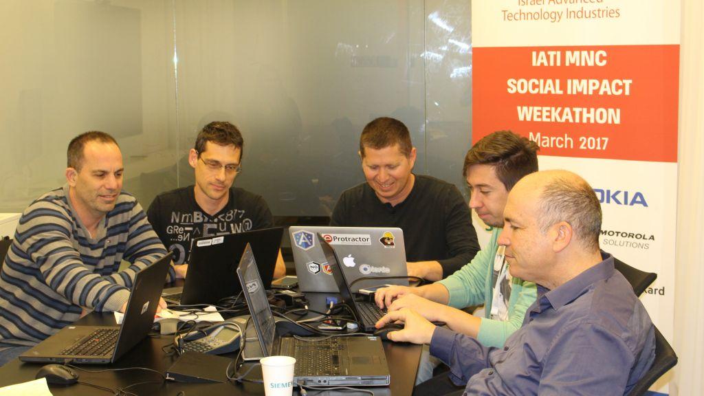 L'équipe au travail à la Semaine de l'impact social de l'IATI (Crédit : IATI)