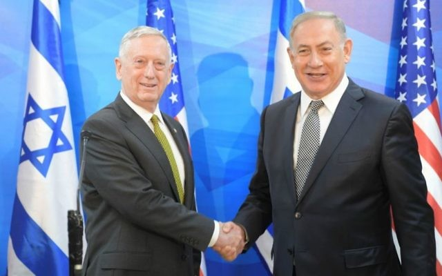 Le Premier ministre Benjamin Netanyahu (à droite) rencontre le secrétaire d'état à la Défense James Mattis  à Jérusalem le 21 avril 2017 (Crédit : Amos Ben Gerschom/GPO)