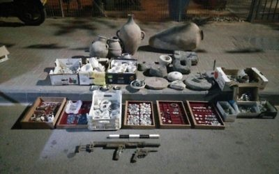 Les antiquités confisquées par la police israélienne et l'Administration civile chez un homme suspecté de trafic d'antiquités, dans le village d'Hawara en Cisjordanie, près de Naplouse, le 25 avril 2017. (Crédit : police israélienne)