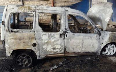 Une voiture palestinienne incendiée dans le village de Hawara, en Cisjordanie, le 26 avril 2017. (Crédit : Rabbis for Human Rights)