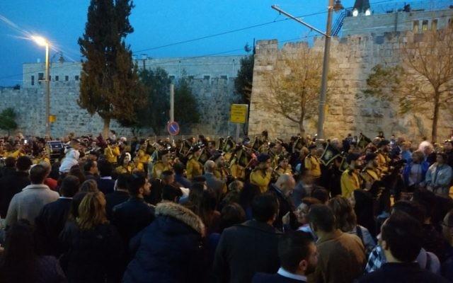 Les scouts chrétiens participent aux célébrations du dimanche des Rameaux à l'extérieur de la Vieille Ville à Jérusalem le 9 avril 2017. (Crédit : Ilan Ben Zion / Times of Israel)