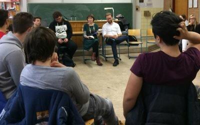 Mascha Schmerling et Monty Ott du projet 'Louez un Juif' rencontrent des élèves du Technisches Berufskolleg Solingen, en Allemagne, en novembre 2016 (Crédit : Kate Brady/DW.com)
