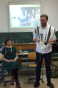 Mascha Schmerling et Monty Ott du projet 'Louez un Juif' visitent le Technisches Berufskolleg Solingen en Allemagne en novembre 2016 (Crédit : Kate Brady/DW.com)