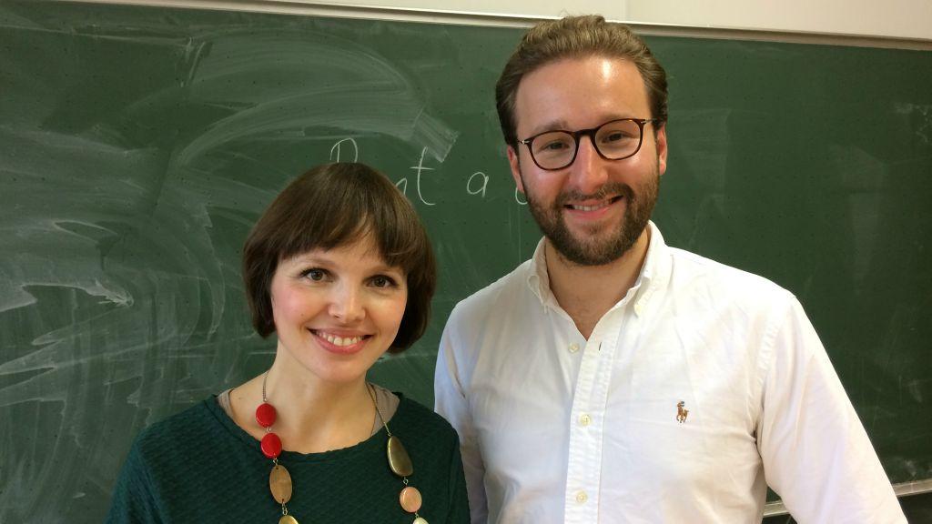 Mascha Schmerling et Monty Ott du projet 'Louez un Juif' visitent les Technisches Berufskolleg Solingen, en Allemagne, en novembre 2016 (Crédit : Kate Brady/DW.com)